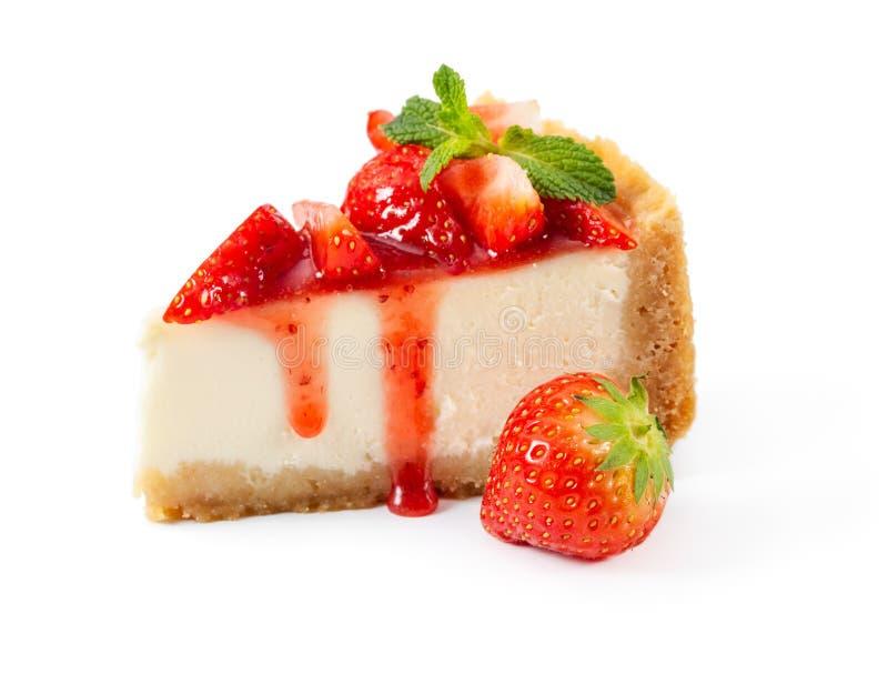 Morceau de gâteau au fromage avec les fraises fraîches et la menthe d'isolement dessus photo stock
