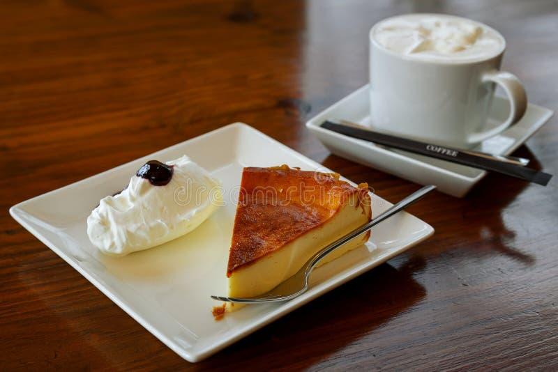 Morceau de gâteau au fromage d'un plat sur un Tableau images stock