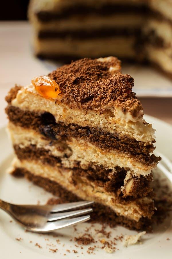 Morceau de gâteau de chocolat avec une fourchette photo libre de droits