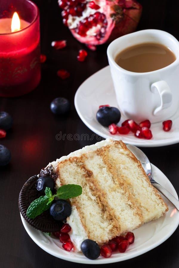 Morceau de gâteau de couche avec les myrtilles fraîches, fromage fondu images libres de droits