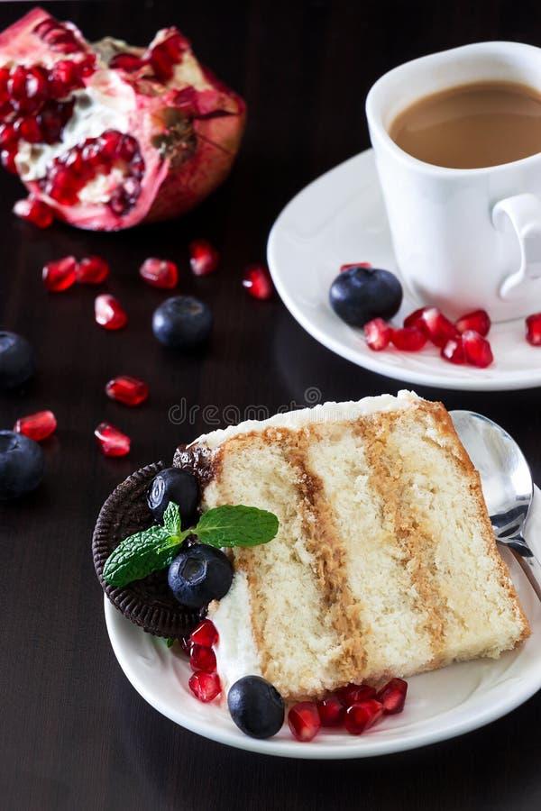Morceau de gâteau de couche avec les myrtilles fraîches, fromage fondu image libre de droits