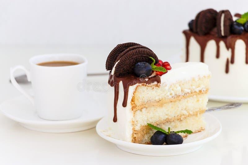 Morceau de gâteau de couche de vanille avec les baies fraîches, fromage fondu photos stock