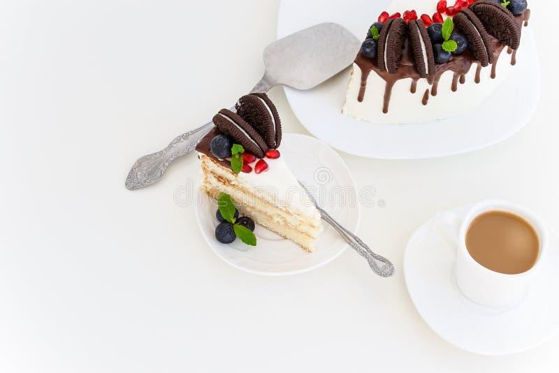 Morceau de gâteau de couche de vanille avec les baies fraîches, fromage fondu images stock