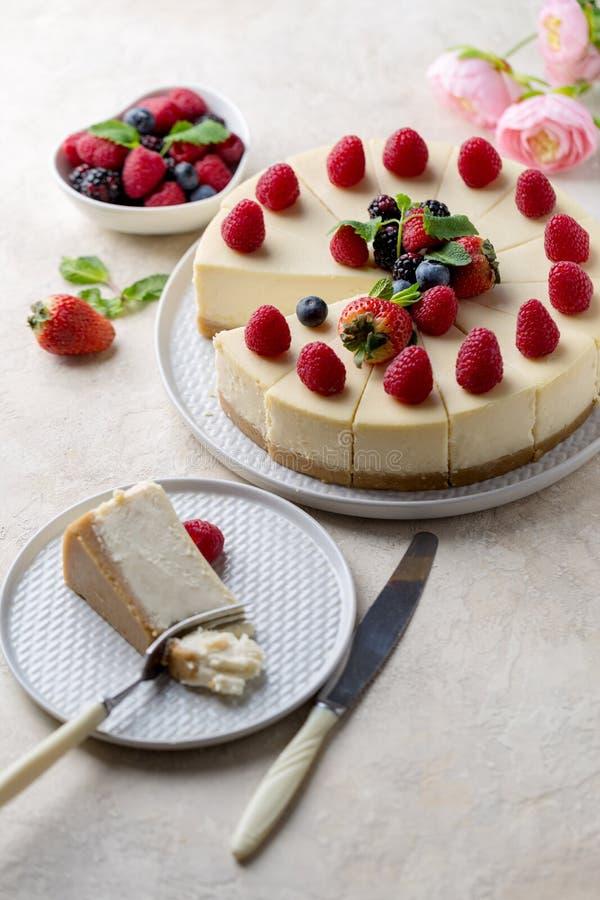 Morceau de gâteau d'anniversaire avec le gâteau entier sur la table, la fourchette et le couteau près photographie stock libre de droits