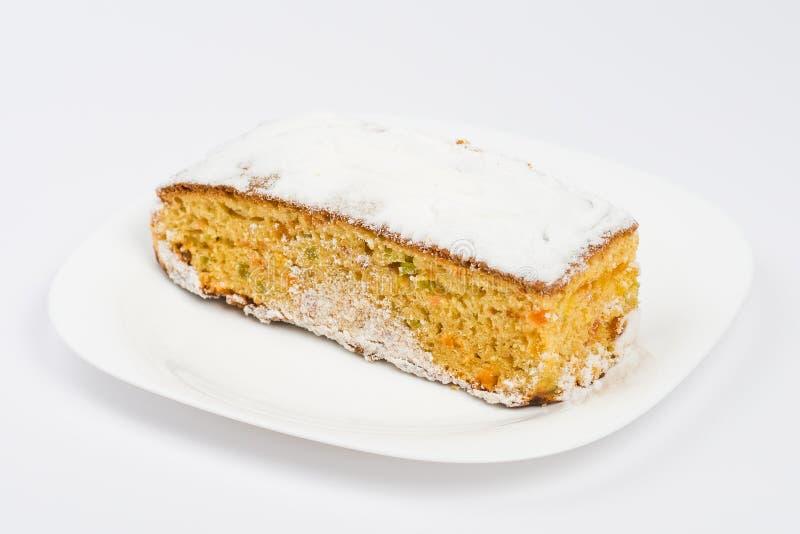 morceau de gâteau d'un plat sur le blanc image libre de droits