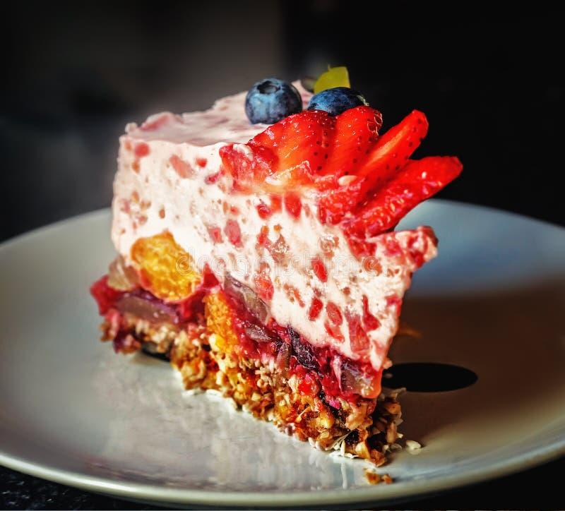 Morceau de gâteau de fruit de gelée avec du lait d'un plat blanc photos libres de droits