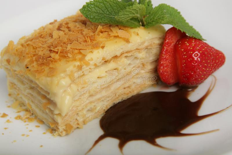 Morceau de napoléon appétissant de ?ake garni avec les fraises, la menthe et la crème au chocolat images libres de droits
