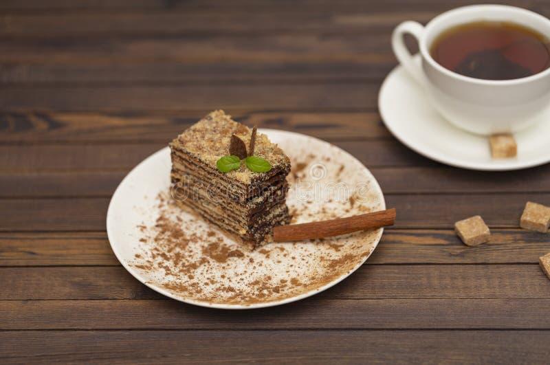 Morceau de napoléon de gâteau du plat blanc Cuisine russe, gâteau posé avec de la crème de chocolat image libre de droits