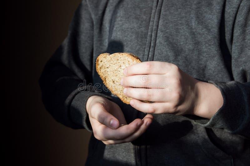 Morceau de pain chez des mains des enfants photos libres de droits
