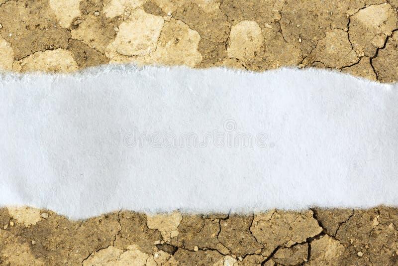 Download Morceau De Papier En Lambeaux Sur Le Sol Criqué Photo stock - Image du notification, blanc: 76076674