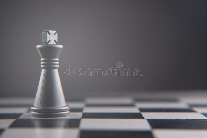 Morceau de roi d'échecs seul se tenant photos libres de droits