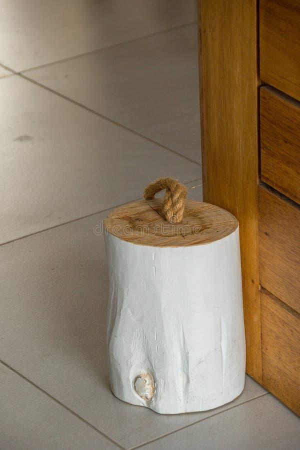 Morceau de rondin en bois pour un butoir de porte photographie stock libre de droits