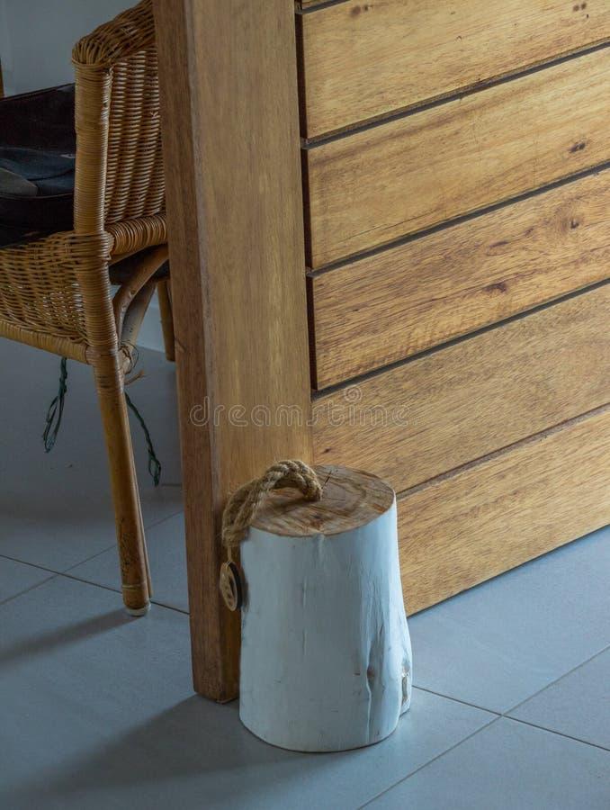 Morceau de rondin en bois pour un butoir de porte image libre de droits
