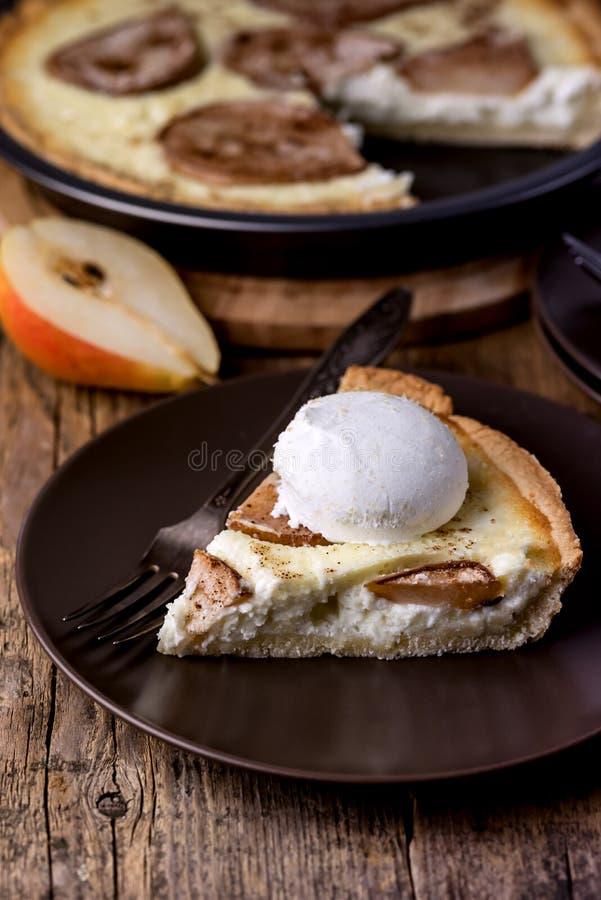 Morceau de tarte fait maison de poires décoré de la crème glacée sur le fond d'Autumn Homemade Cake Dessert Wooden de plat photo libre de droits
