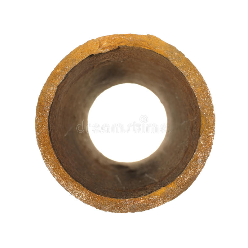Morceau de vieux tuyaux rouillés de fer d'isolement sur le fond blanc image stock