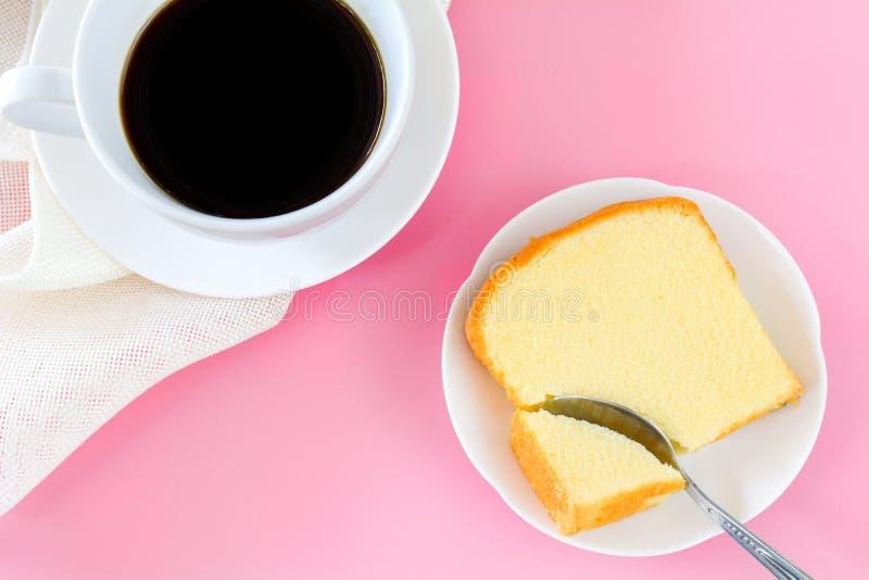 Morceau de vue supérieure de gâteau de beurre sur le plat blanc servi avec la tasse de café noir Périodes de détendre le concept images stock
