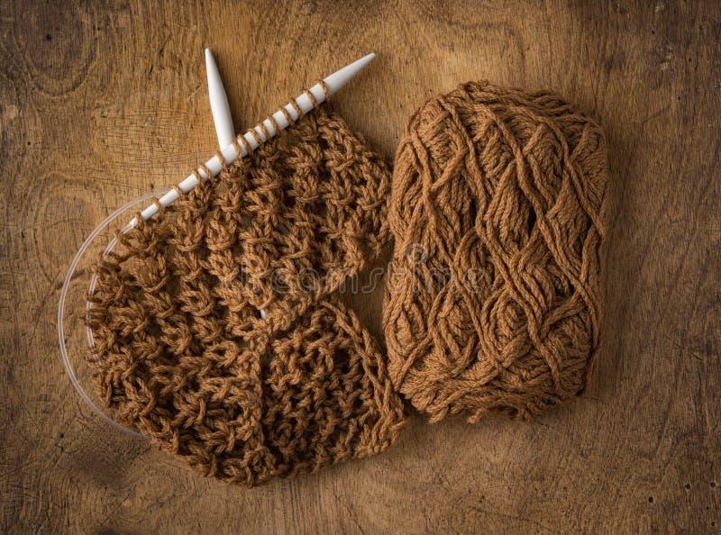 Morceau fabriqué à la main de textile au-dessus de fond en bois image stock