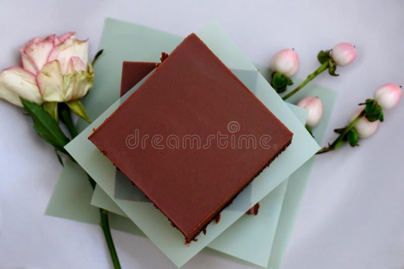 Morceau fait maison de gâteau de gluten de chocolat savoureux non du plat photo libre de droits