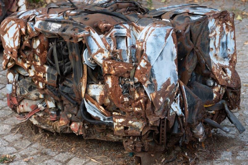 Morceau pressé rouillé abandonné de voiture photographie stock