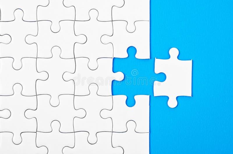 Morceaux absents de puzzle denteux images stock