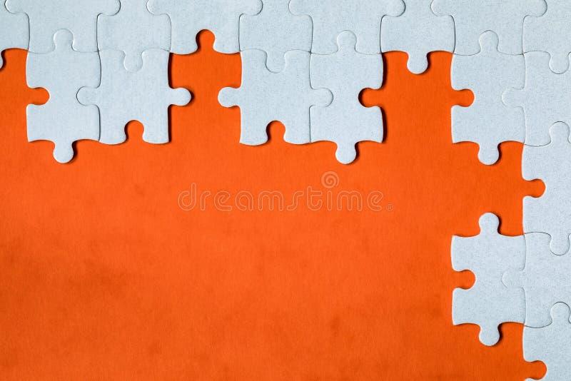 Morceaux blancs de casse-t?te Compl?tez les morceaux du puzzle denteux Accomplissez le puzzle denteux avec les morceaux absents F photos libres de droits