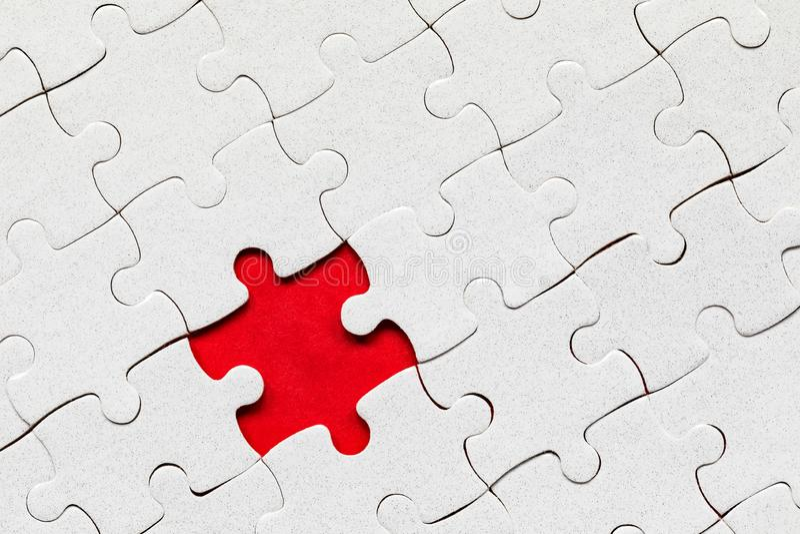 Morceaux blancs de casse-t?te Compl?tez les morceaux du puzzle denteux Accomplissez le puzzle denteux avec les morceaux absents F photographie stock