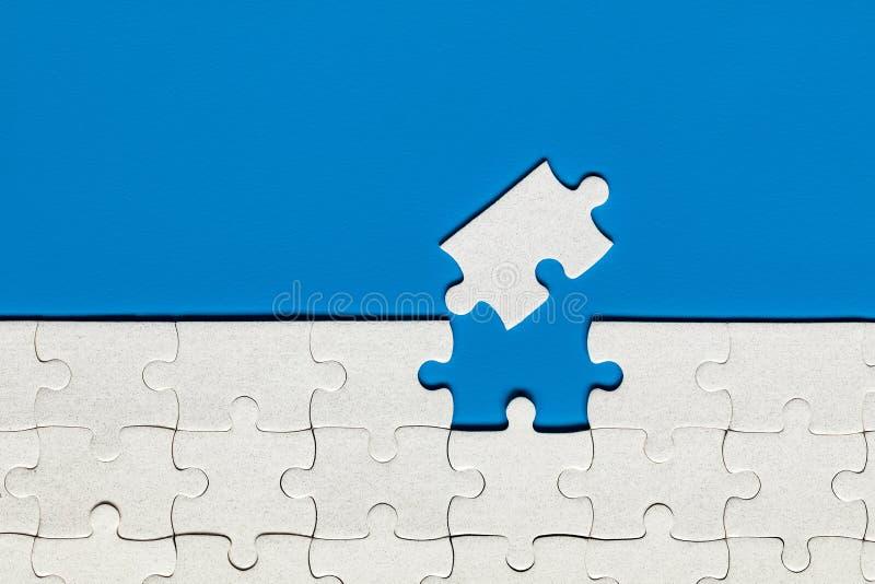 Morceaux blancs de casse-t?te Compl?tez les morceaux du puzzle denteux Accomplissez le puzzle denteux avec les morceaux absents F photos stock