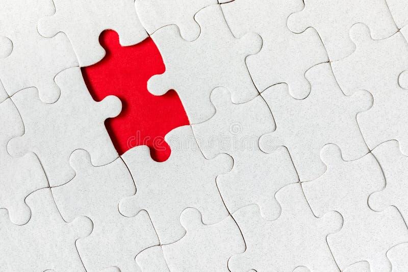 Morceaux blancs non finis de puzzle denteux Complétez les morceaux du puzzle denteux Accomplissez le puzzle denteux avec les morc photos stock