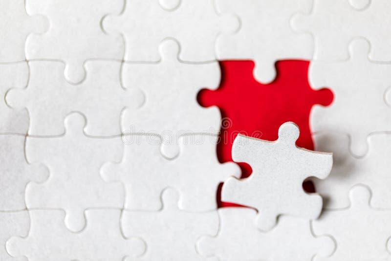 Morceaux blancs non finis de puzzle denteux Compl?tez les morceaux du puzzle denteux Accomplissez le puzzle denteux avec les morc photographie stock libre de droits