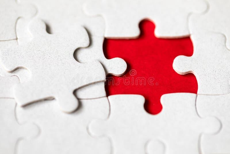 Morceaux blancs non finis de puzzle denteux Compl?tez les morceaux du puzzle denteux Accomplissez le puzzle denteux avec les morc photographie stock