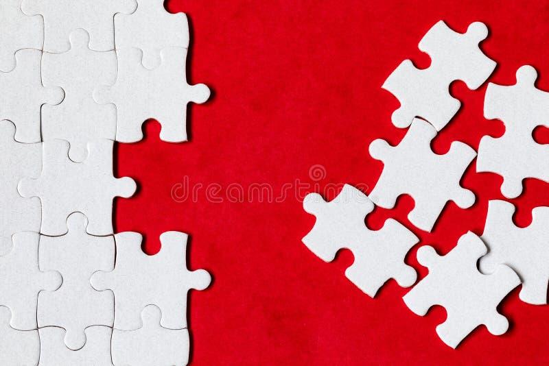 Morceaux blancs non finis de puzzle denteux Compl?tez les morceaux du puzzle denteux Accomplissez le puzzle denteux avec les morc images libres de droits