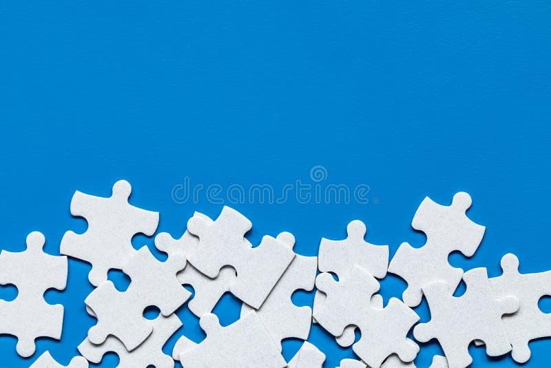 Morceaux blancs non finis de puzzle denteux Compl?tez les morceaux du puzzle denteux Accomplissez le puzzle denteux avec les morc photo libre de droits