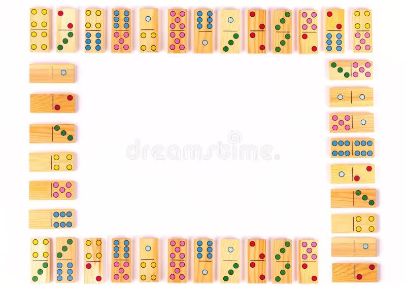 Morceaux colorés de domino sur le fond blanc Célébration, partie, enfants, formation Configuration plate Copiez l'espace photo stock