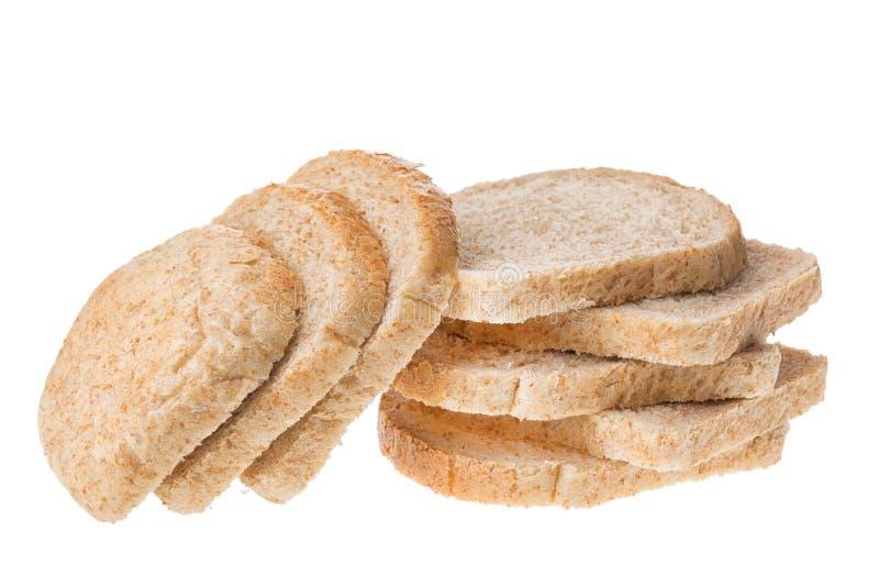 Morceaux découpés en tranches savoureux de pain frais d'isolement sur le fond blanc image stock