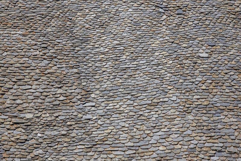 Morceaux d'ardoise sur un dessus de toit Fond texturisé grunge de pierre images stock