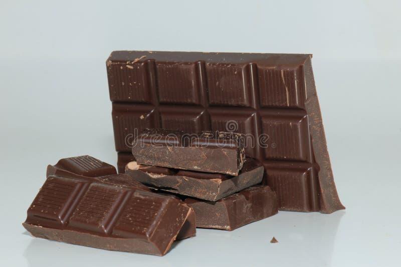 Morceaux d'une barre de chocolat foncée photo stock