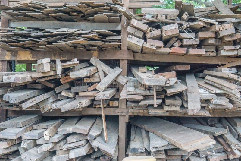 Morceaux de bois dans l'usine, panneaux en bois dans un entrepôt des matériaux de construction images libres de droits