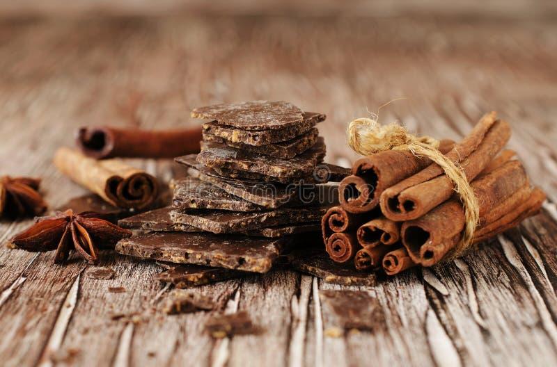 Morceaux de chocolat avec des étoiles de cannelle et d'anis photographie stock