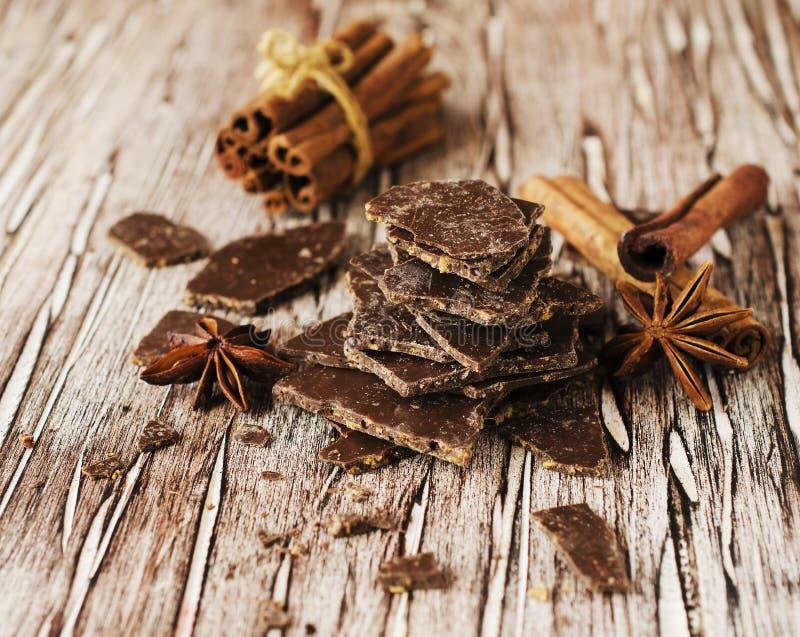 Morceaux de chocolat avec des étoiles de cannelle et d'anis images libres de droits