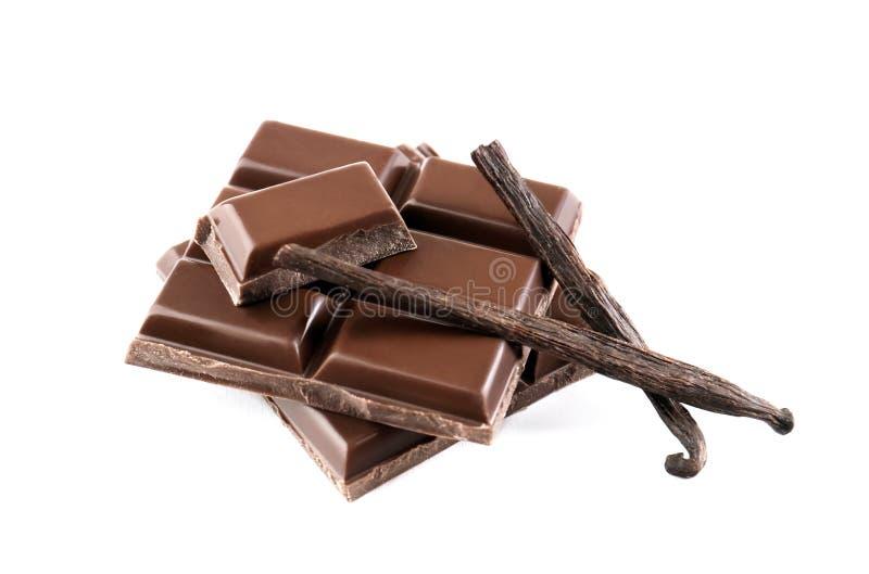 Morceaux de chocolat avec des cosses de vanille, d'isolement photographie stock