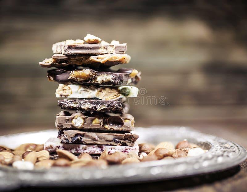 Morceaux de chocolat avec la noisette Tonalité facile image libre de droits