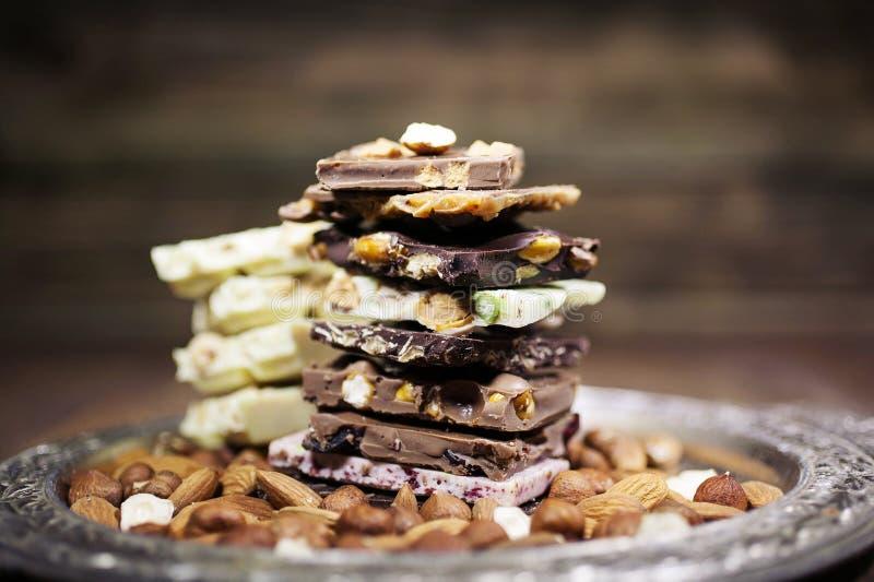 Morceaux de chocolat avec la noisette Tonalité facile photos stock
