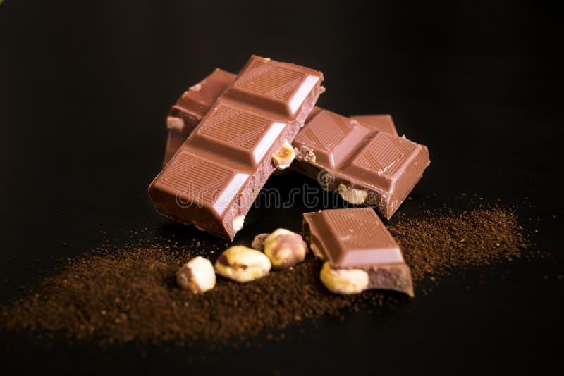 Morceaux de chocolat avec le cafè de noisette et moulu entier photo stock