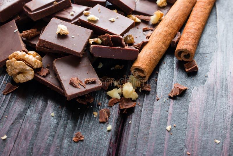 Morceaux de chocolat foncé avec les écrous et la cannelle photos stock