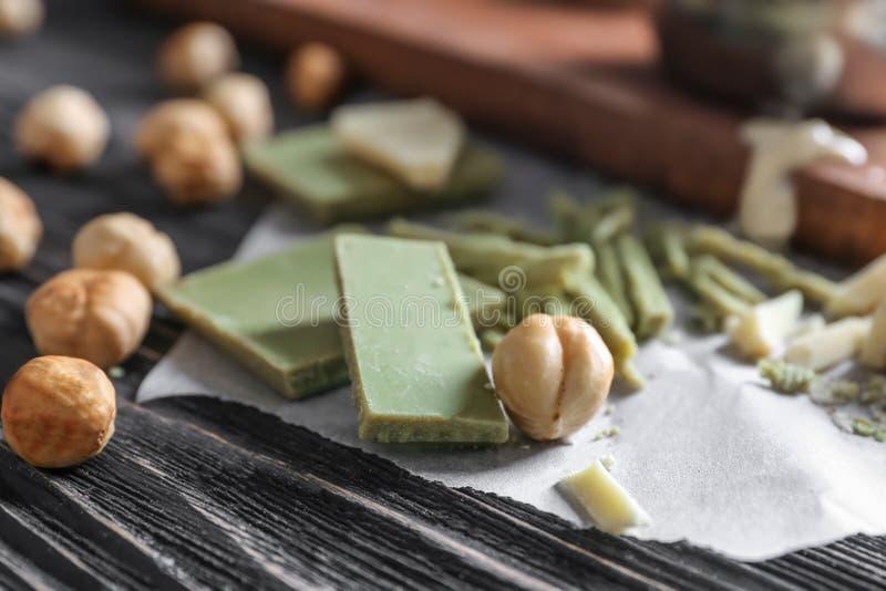 Morceaux de chocolat sur la table image libre de droits