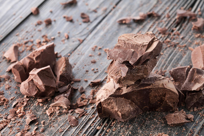 Morceaux de chocolat sur un backround foncé photo libre de droits