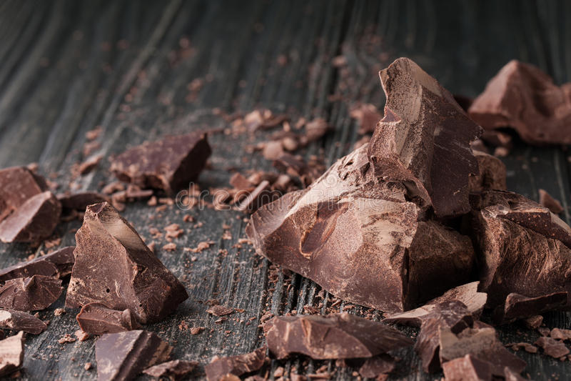 Morceaux de chocolat sur un backround foncé photographie stock