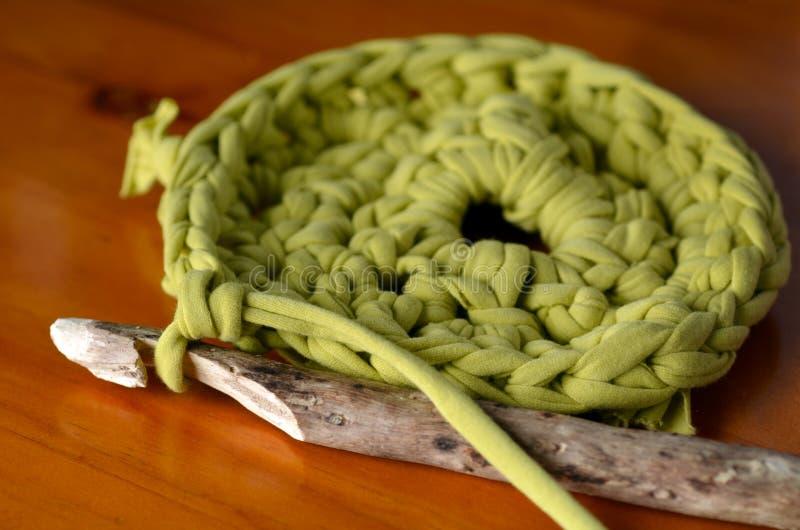 Morceaux de couture de crochet d'aiguille en bois faite main de crochet de fabri vert images libres de droits
