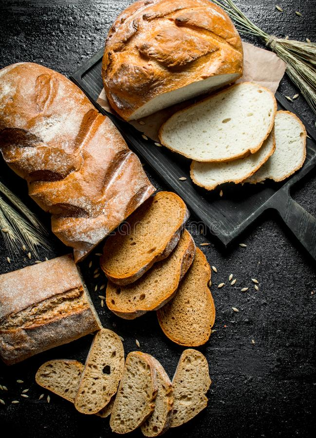 Morceaux de différents types de pain photographie stock libre de droits