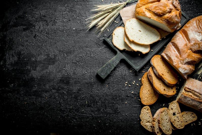 Morceaux de diff?rents types de pain photographie stock libre de droits